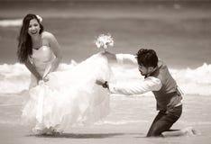 Apenas los jóvenes casados felices juntan la celebración y se divierten Fotos de archivo libres de regalías