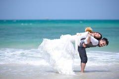 Apenas los jóvenes casados juntan la celebración y se divierten en hermoso Foto de archivo libre de regalías