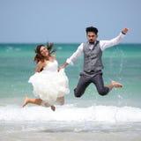Apenas los jóvenes casados felices juntan la celebración y se divierten en el galán Foto de archivo libre de regalías