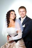 Apenas noivo e noiva casados no cinza Imagem de Stock Royalty Free