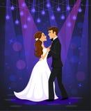 Apenas novia casada y novio de la pareja que bailan su primera danza de la boda en un salón de baile Imagen de archivo