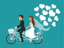 Apenas novia casada y novio de la pareja que montan la bici en tándem ilustración del vector
