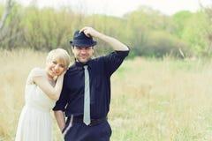 Apenas os pares wedded vestiram-se em retro Fotos de Stock Royalty Free