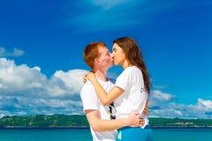 Apenas pareja cariñosa feliz joven casada que se divierte en el tropica Imágenes de archivo libres de regalías