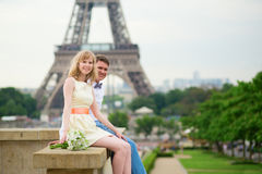 Apenas pareja casada cerca de la torre Eiffel Imagenes de archivo