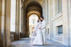 Apenas pareja casada feliz en París Foto de archivo