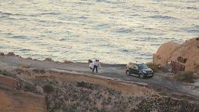 Apenas pareja casada feliz que goza casandose la sesión fotográfica en la playa romántica almacen de video