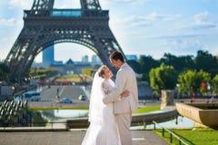 Apenas pareja casada hermosa en París Fotografía de archivo libre de regalías