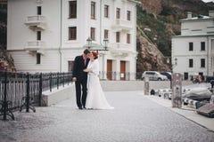 Apenas pareja casada que camina en pequeña ensenada Imagenes de archivo