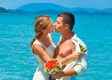Apenas pareja casada que comparte el momento romántico Fotos de archivo libres de regalías