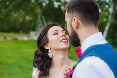 Apenas pareja feliz casada de los jóvenes en primer del amor Foto de archivo libre de regalías