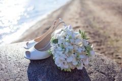 Apenas pareja feliz casada que corre en una playa arenosa Fotos de archivo
