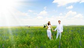 Apenas pares casados en la naturaleza Foto de archivo libre de regalías