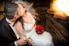 Apenas pares casados felices que se sientan cerca de la chimenea imagen de archivo libre de regalías