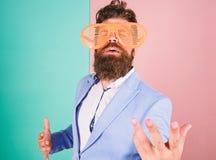 Apenas queira ter o divertimento O homem com barba e o bigode vestem mon?culos engra?ados O divertimento e relaxa O homem de neg? imagens de stock