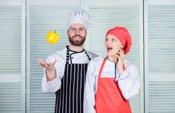 Apenas tente Fam?lia do vegetariano Mulher e homem farpado que cozinham junto Cozinhando o alimento saud?vel Alimento saud?vel do imagens de stock