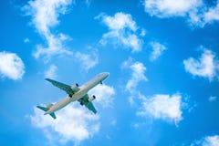 Apenas? um vôo plano no céu fotografia de stock royalty free