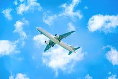 Apenas? um vôo plano no céu imagem de stock royalty free