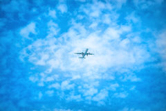 Apenas? um vôo plano no céu fotos de stock