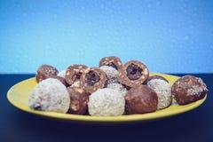 Apenas una placa de las bolas del chocolate dulce fotos de archivo
