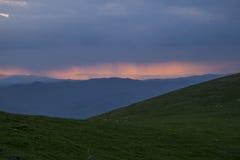 Apennines на заходе солнца с зелеными лугами и темносиним небом, Умбрией, Италией Стоковые Изображения RF