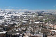 Apennines en primavera temprana San Marino e Italia Imagenes de archivo