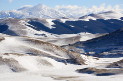 Apennines-Landschaft mit Schnee stockfoto