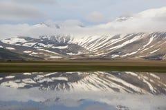 Apennines-Landschaften mit Wasser stockbild
