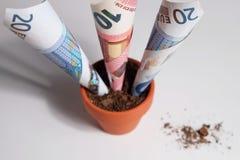 Aperçu d'euro billets de banque s'élevant hors du pot Images stock