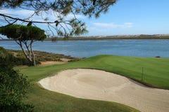 Aperçu d'un terrain de golf et d'une rivière Images stock