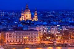 Aper?u de Budapest avec St Stephen St Istvan Basilica la nuit hungary photographie stock