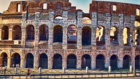 Aperçu de Colosseum dans une soirée d'été avec des touristes appréciant les beautés de Rome Photographie stock libre de droits