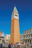 Aperçu de Piazza San Marco avec le clocher dans le premier plan et San Marco Basilica derrière à Venise Photo libre de droits