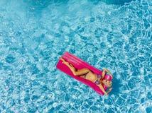 Aperçu de Posing Outdoors Near modèle blond magnifique une piscine photo libre de droits