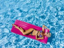 Aperçu de Posing Outdoors Near modèle blond magnifique une piscine image stock