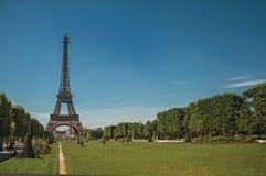 Aperçu de Tour Eiffel, des personnes et de la verdure renversants sous le ciel bleu ensoleillé, à Paris Photographie stock