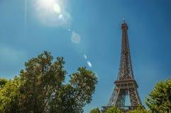 Aperçu de Tour Eiffel et de verdure renversants sous le ciel bleu ensoleillé, à Paris Photos libres de droits