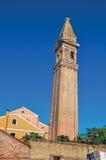 Aperçu des bâtiments colorés et de la tour de cloche de penchement dans Burano Image stock