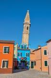 Aperçu des bâtiments colorés et de la tour de cloche de penchement dans Burano Photo libre de droits
