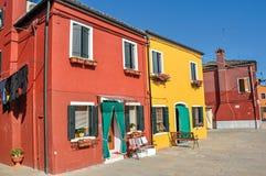 Aperçu des bâtiments colorés et des vêtements accrochant dans un jour ensoleillé bleu, dans Burano Images stock