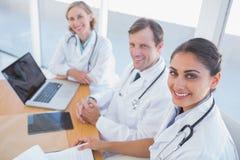 Aperçu des médecins regardant l'appareil-photo Images stock