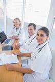 Aperçu des médecins travaillant et regardant l'appareil-photo Images stock