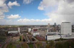 Aperçu grand-angulaire à 100 mètres de taille au-dessus de l'horizon de Rotterdam avec le ciel bleu et les nuages de pluie blancs Photo libre de droits