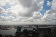 Aperçu grand-angulaire à 100 mètres de taille au-dessus de l'horizon de Rotterdam avec le ciel bleu et les nuages de pluie blancs Images stock