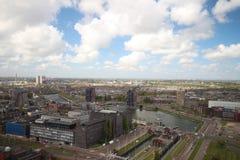 Aperçu grand-angulaire à 100 mètres de taille au-dessus de l'horizon de Rotterdam avec le ciel bleu et les nuages de pluie blancs Photos stock