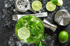 Ингридиенты холодного напитка aper лимонад наклонов Стоковое фото RF