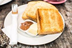 Aperfeiçoe o brinde do café da manhã com pasta da manteiga e do chocolate Foto de Stock Royalty Free