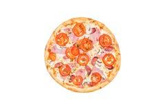 Aperfeiçoe a pizza clássica com o presunto, os cogumelos e os tomates isolados em um fundo branco Vista superior Imagens de Stock Royalty Free