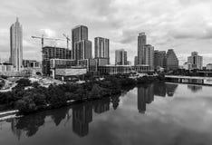 Aperfeiçoe reflexões espelhadas da água da ideia aérea preto e branco do zangão de Austin Texas EUA das torres da skyline da arqu fotos de stock royalty free