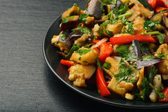 Aperitif - asiatischer Salat mit Auberginen, Paprika und Knoblauch auf schwarzem Hintergrund lizenzfreies stockbild